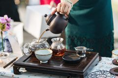 Kobiety ` s ręka robi tradycyjnej Koreańskiej herbaty zdjęcie stock