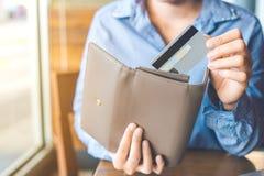 Kobiety ` s ręka Używać kredytową kartę, ciągnął kartę z ona Zdjęcia Royalty Free
