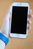 Kobiety ` s ręka używać mądrze telefon przy plażą Zdjęcie Stock
