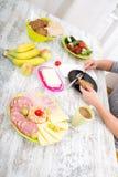 Kobiety ` s ręka z jedzeniem zdjęcia stock