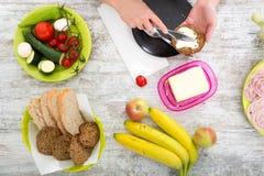 Kobiety ` s ręka z jedzeniem zdjęcie royalty free