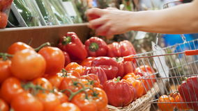 Kobiety ` s ręki biorą warzywa w minimarket zakończeniu up zbiory wideo