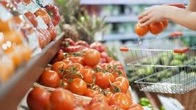 Kobiety ` s ręki biorą warzywa w minimarket zbliżeniu zbiory wideo