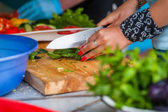 Kobiety ` s ręki cią świeżych warzywa Zdjęcia Stock