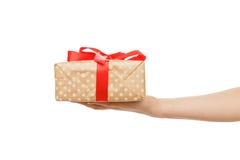 Kobiety ` s ręki dają teraźniejszemu pudełku, uprawa, cią out Fotografia Royalty Free