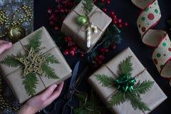 Kobiety ` s ręki trzymają boże narodzenia lub nowy rok dekorującego prezenta pudełko obrazy royalty free