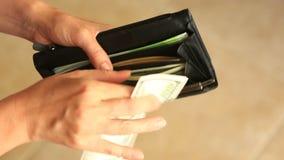 Kobiety ` s ręki trzymają pieniądze klamerkę z dolarami zbiory