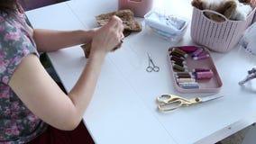 Kobiety ` s ręki tworzą tekstylnego produkt, bawją się, deseniują, zbiory