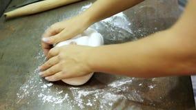Kobiety ` s ręki ugniatają cukrowego mastyks dla robić deserowi zbiory
