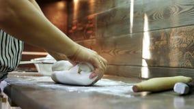 Kobiety ` s ręki ugniatają cukrowego mastyks dla robić deserowi zbiory wideo