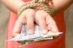 Kobiety ` s ręki wiązali z arkany i mienia pieniądze Kredytowy niewolnictwo Zdjęcie Royalty Free