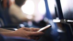 Kobiety s ręki z smartphone w samolocie zbiory wideo