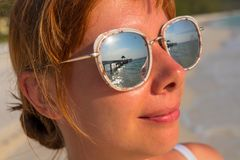 Kobiety ` s twarz w lustrzanych okularach przeciwsłonecznych z dennym odbiciem Nadmorski sztandaru urlopowy szablon Zdjęcia Royalty Free
