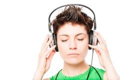 Kobiety ` s twarz z oczami zamykał słuchanie muzyka na bielu Obraz Stock