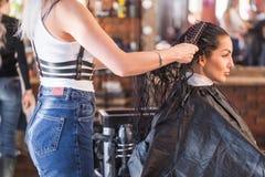 Kobiety ` s włosiany salon Piękna brunetki kobieta w zdroju salonie Keratyny przywrócenie, opóźniony trend, świeży pomysł, ostrzy obraz stock