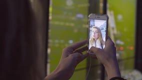 Kobiety ` s wręcza mknącego selfie wideo na telefonie zbiory