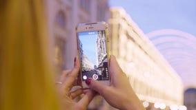 Kobiety ` s wręcza mknącego wideo na smartphone zbiory wideo