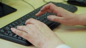 Kobiety ` s wręcza pisać na maszynie na komputerowej klawiaturze zbiory