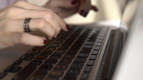 Kobiety ` s wręcza pisać na maszynie na komputerowej ROSYJSKIEJ klawiaturze zbiory wideo