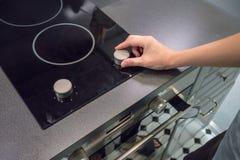 Kobiety ` s Wręcza przystosowywać temperaturowego guzika na piekarniku Obrazy Stock