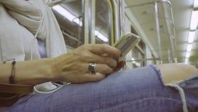Kobiety ` s wręcza scrolling i nagrywać w smartphone zbiory