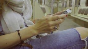 Kobiety ` s wręcza scrolling w smartphone zbiory