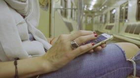 Kobiety ` s wręcza scrolling w smartphone zdjęcie wideo