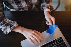 Kobiety ` s wręcza trzymać kredytową kartę i pisać na maszynie na klawiaturze obrazy royalty free