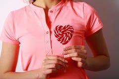 Kobiety ` s wręcza trzymać lizaka w formie serca Prezent dla Fotografia Stock