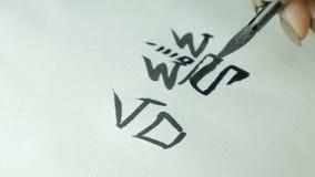 Kobiety ` s wręcza writing chińczyka hieroglif Żeńska ręka trzyma writing muśnięcia kaligrafii Chińskich charaktery, zamyka up Obrazy Stock