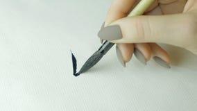 Kobiety ` s wręcza writing chińczyka hieroglif Żeńska ręka trzyma writing muśnięcia kaligrafii Chińskich charaktery, zamyka up Zdjęcie Stock