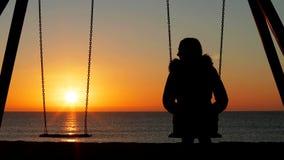Kobiety samotny kołyszący patrzeje puste siedzenie zbiory wideo