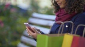 Kobiety scrolling strony na smartphone, wybiera rzeczy online, mobilny zakupy zdjęcie wideo