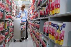 Kobiety segregowanie w szpitalnych archiwach zdjęcie royalty free
