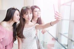 Kobiety selfie w centrum handlowym Zdjęcie Royalty Free