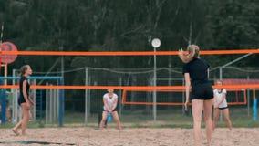 Kobiety siatkówki serw Kobieta dostaje gotowy słuzyć siatkówkę podczas gdy stojący na plażowym zwolnionym tempie zdjęcie wideo