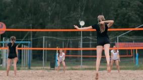 Kobiety siatkówki serw Kobieta dostaje gotowy słuzyć siatkówkę podczas gdy stojący na plażowym zwolnionym tempie zbiory