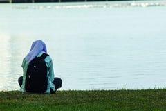 Kobiety siedzi jeziorem fotografia royalty free