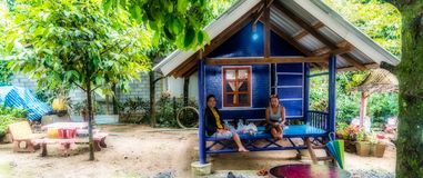 Kobiety siedzi na ganeczku mała chałupa obraz stock