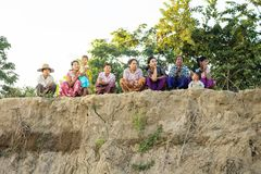 Kobiety siedzi na riverbank w wiosce wzdłuż Irrawaddy rzeki, Myanmar obrazy stock