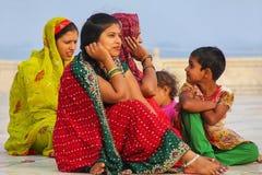 Kobiety siedzi na zewnątrz Taj Mahal w Agra, Uttar Pradesh, India Zdjęcia Royalty Free