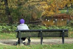 Kobiety siedzi w vondelpark w Amsterdam obrazy royalty free