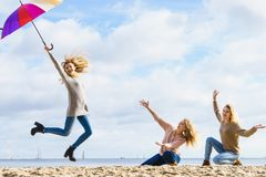 Kobiety skacze z parasolem obraz royalty free