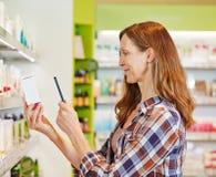 Kobiety skanerowania barcode z smartophone Obrazy Stock