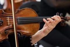 Kobiety skrzypaczka Bawić się Klasycznego skrzypce Obraz Royalty Free