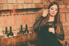 Kobiety smaczny wino w wiejskim chałupy wnętrzu zdjęcie royalty free
