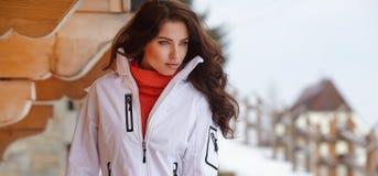 Kobiety snowboarder mroczny dzień niebieski oddział stać się drzew zimy śnieżną nieba Piękna dziewczyna na snobord w Obraz Stock