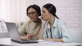 Kobiety spęczenie z dużym długiem, kryzysem i niemożliwością odpłacać pożyczkę, rodzinny budżet zbiory wideo