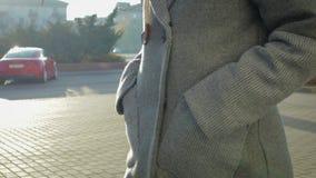 Kobiety spacer w żakiecie w jesieni lub wiosny mieście zdjęcie wideo