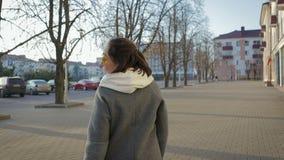 Kobiety spacer w żakiecie w jesieni lub wiosny mieście zbiory